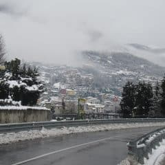 Sneeuw op de weg bij Domaso