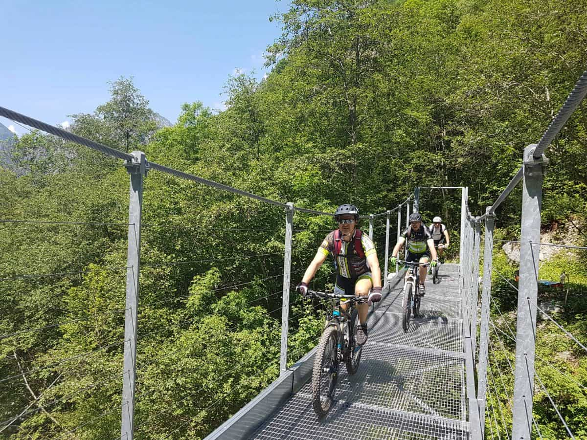 Mountainbikers over de brug op de Tracciolino route