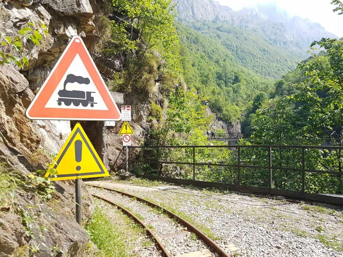 Spoorrails Tracciolino richting de stuwdam